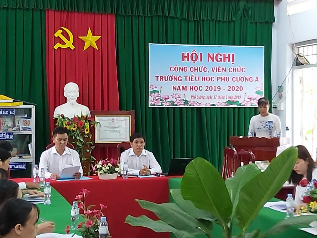 Đồng chí Ngô Minh Nhựt - Chủ tịch Công đoàn, tổng hợp ý kiến từ đoàn viên, lao động trong đơn vị.